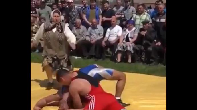 Ce se întâmplă când maică-ta asistă la luptele tale? (VIDEO)